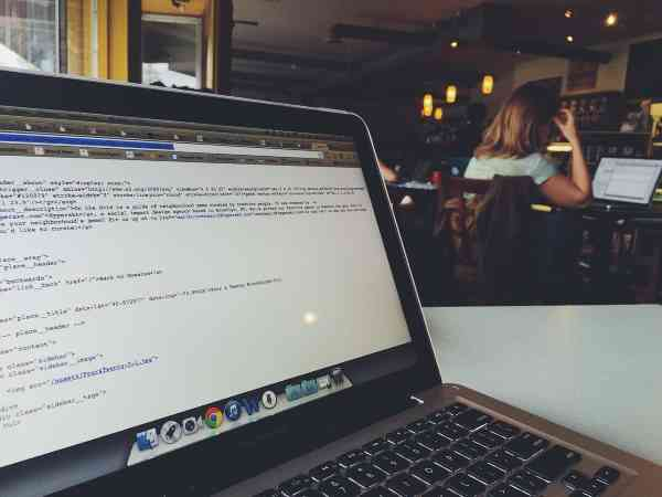 Which is better, learning the computer at home and learning in a café